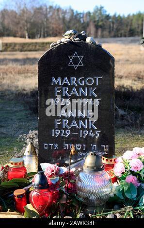 Anne und Margot Frank Denkmal, KZ-Gedenkstätte Bergen-Belsen, Niedersachsen, Deutschland, Europa - Stockfoto