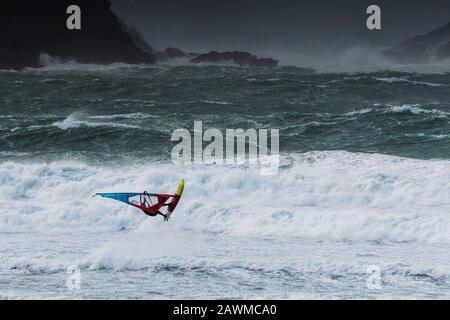 Newquay, Cornwall, Großbritannien. Februar 2019. Wetter in Großbritannien. Windsurfer surften mit Geschwindigkeit über wilde Wellen bei Fistral, als Storm Ciara die Küste von Cornwall trifft. Credit: Gordon Scammell/Alamy Live News - Stockfoto