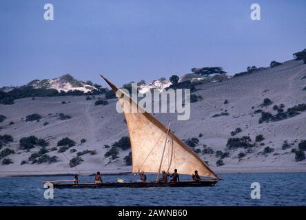 Segeltörn mit LAteensegel, Insel Lamu vor der Küste des Indischen Ozeans Kenias. Lamu war einst der Haupthandels-Weg der alten swahili-kultur entlang der Küste Ostafrikas von Arabien nach Sansibar und darüber hinaus. - Stockfoto