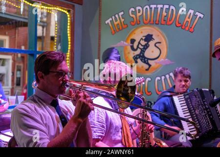 Jazzband, die Live-Musik im Spotted Cat Music Club in der French Street, New Orleans, Louisiana, spielt - Stockfoto