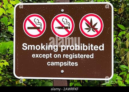 Ein Rauchverbot außer auf dem Schild des Campingplatzes - Stockfoto