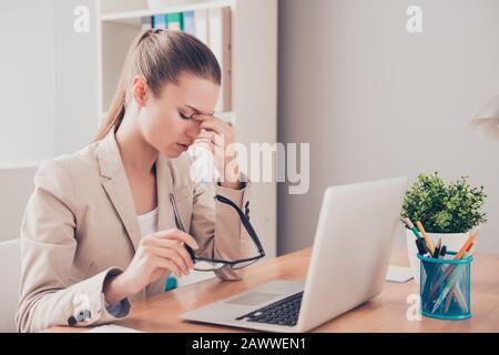 Müde traurige Frau, die wegen einer fehlgeschlagenen Aufgabe Probleme hat - Stockfoto