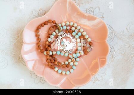 Mineralische Steinperlen 108 Mala-Halskette für Yoga-Meditationspraxis - Stockfoto