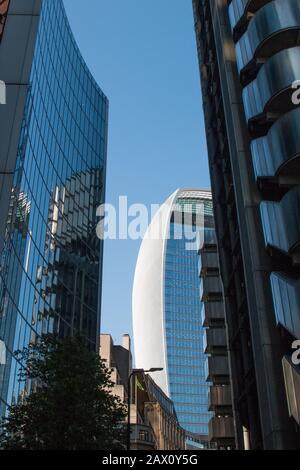 """Der Blick nach oben auf das Lloyds of London Building in der Leadenhall Street zeigt, dass es eine einzigartige """"Inside-out""""-Architektur ist"""