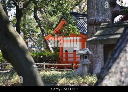 Kleiner Tempel in einer Ecke des Parks - Stockfoto