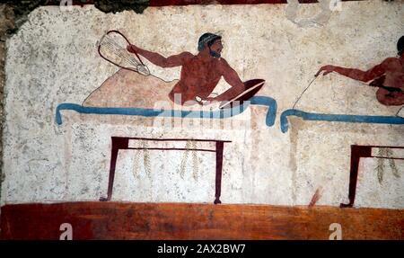 Grab des Tauchers, Wandfresko Süd. Szene mit Männern, die eine Lyre mit anderen beim Weintrinken spielen. 480 V. CHR. Paestum Museum, Griechische Kunst, Italien. - Stockfoto