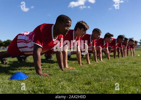 Rugby-Team macht Push-Ups Stockfoto