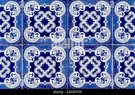Portugiesische traditionelle Kacheln Azulejos mit blauen Blumen Muster auf weißem Hintergrund.