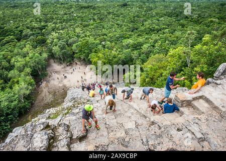 Touristen, die die Nohoch Mul Pyramide, Coba Archeological Area, Yucatan Peninsula, Quintana Roo State, Mexiko besteigen - Stockfoto