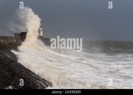 Sturm Ciara erreicht die walisische Küste Mit Massiven Wellen, als Sturm Ciara die Küste von Porthcawl in Südwales, Großbritannien, trifft - Stockfoto