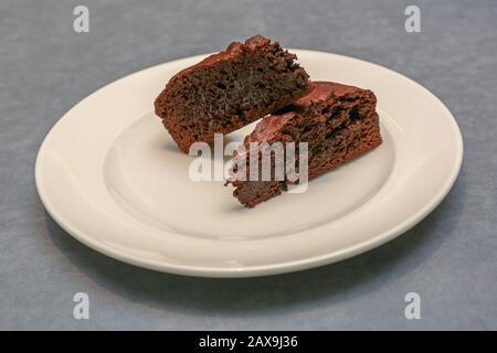Zwei Stücke Brownies an Platte - Stockfoto