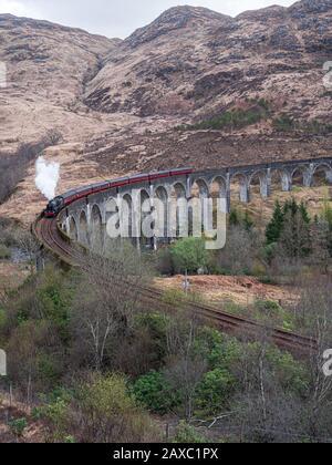 Die Jacobite Steam Train Crossing Glenfinnan Viaduct auf der Strecke von Fort William nach Mallaig in Schottland. GROSSBRITANNIEN. Stockfoto