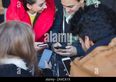 Junge Erwachsene Freunde verwenden Smartphones am Café-Tisch - Stockfoto
