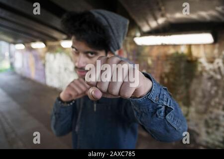 Portrait Tough Young man stanzen im städtischen Tunnel - Stockfoto