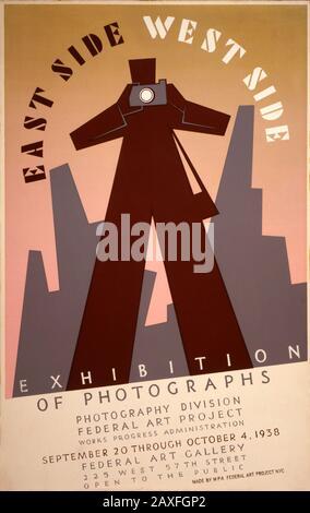 1938 , USA : Poster für Bundeskunstprojekt-Ausstellung , East Side, West Side Ausstellung von Fotografien , Kunstwerk des Illustrators Anthony Velonis . Plakat für Ausstellung des Federal Art Project Photography Division, in dem der Mensch fotografiert, Gebäude in New York City im Hintergrund - PLAKAT PUBBLICITARIO - KUNST - ARTE - ARTI VISIVE - Pubblicita - Illustration - Illustrazione - ANNI TRENTA - 30 - MOSTRA ARTISTICA - ART DECO - FOTOGRAFO DILETTANTE - FOTOGRAFIA - PHOTHOGRAPHY - FOTOGRAF © ArchiBB/GIBB - Stockfoto
