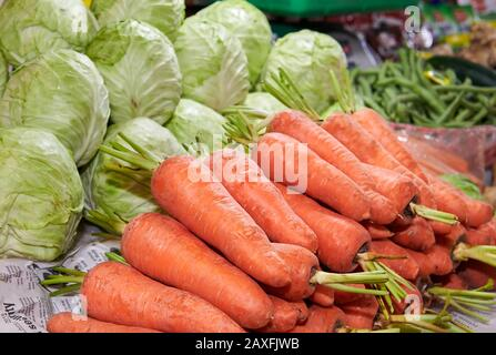 Nahaufnahme verschiedener frisch reifer Gemüsesorten wie Karotten, Bohnen und Kohlkohl auf einem nassen Markt in Iloilo, Philippinen, Asien - Stockfoto