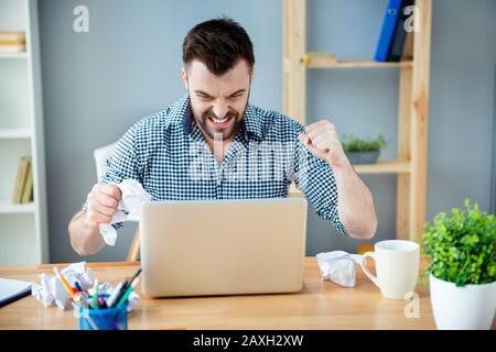Wütend Mann in Rage, schlechte Laune, im Büro zu arbeiten - Stockfoto