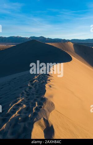 Mesquite flache Sanddünen, Dünen, Tod Valley National Park, Kalifornien, USA. Fußabdrücke auf der Dünenspitze - Stockfoto