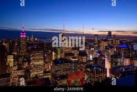 Fantastischer Panoramablick auf die Skyline von New York und den Wolkenkratzer bei Sonnenuntergang. - Stockfoto