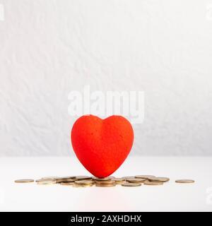 Rotes Herz mit Hochzeitsplankonzept und Münzen - Stockfoto