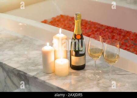 Zwei Gläser Champagner mit Kerze in der Nähe des Whirlpools. Valentines Hintergrund. Romantik-Konzept. - Stockfoto