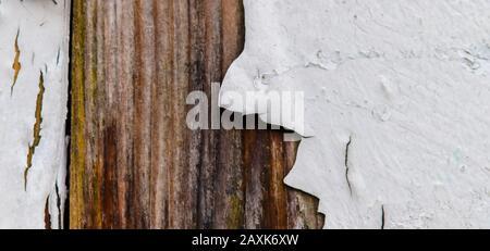 Textur der bunten alten verwitterten Farbe, die sich an den Wänden abblättert - Stockfoto