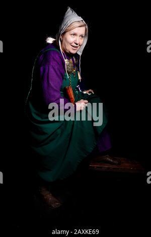 Studio-Porträt einer reifen blonden Frau in einem wikinger-kostüm. Porträt eines Liebhabers lebendiger Geschichte. - Stockfoto