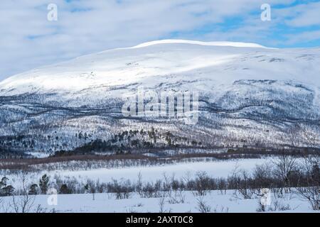 Lappland, verschneite Berglandschaft im Abisko-Nationalpark - Stockfoto