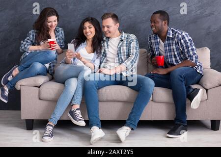 Aufgeregt verbringen multiethnische Freunde Zeit zu Hause - Stockfoto