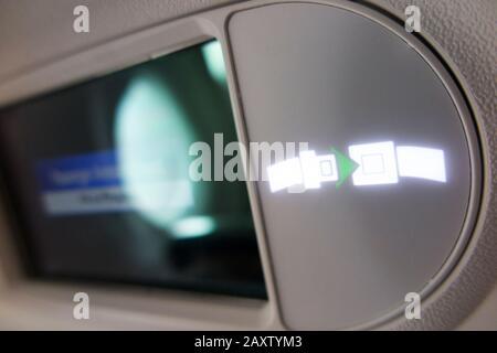 """Oberlichtaufzeichen """"Sicherheitsgurt anlegen"""" des Flugzeugs leuchtet und leuchtet während des Flugs in einem Flugzeug von Bombardier/Flugzeug. (112) - Stockfoto"""