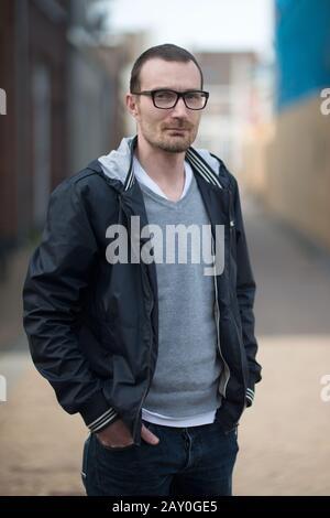 Porträt eines Mannes, der auf der Straße steht, Tilburg Noord-brabant, Niederlande - Stockfoto