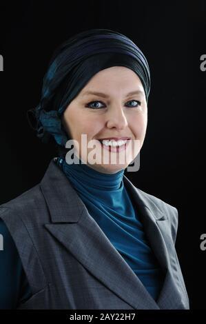 Selbstbewusste und schöne muslimische Frau in europa - Stockfoto