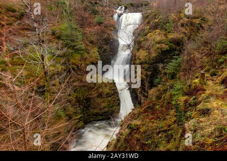 Die Victoria Falls, an der Seite von Loch Maree in Schottland, spaten im Winter. - Stockfoto