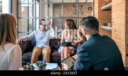 Geschäftsmann mit virtual-Reality-Brille - Stockfoto