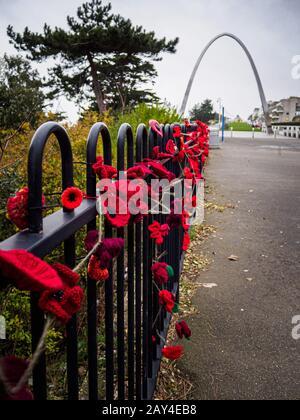 Dezember 2019 Folkestone, Kent, Großbritannien. Foto des Gedenkbogens zum 1. Weltkrieg und Gestrickte Mohn auf der Straße der Erinnerung. - Stockfoto