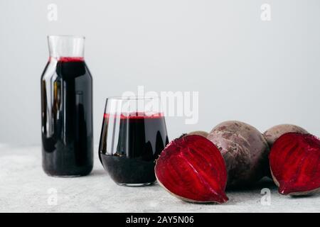 Isolierter Schuss frischen roten roten roten Rotem Saft und geschnittenen Rüben. Leckeres hausgemachtes Entgiftungsgetränk mit Zutat. Nahaufnahme. Rohes Gemüse - Stockfoto