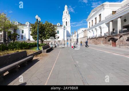 Großer plaza Park und Kathedrale Quito an einem sonnigen Tag - Stockfoto