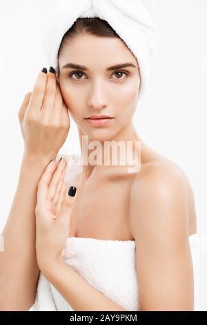 Schönheit und Hautpflege - Close up Schöne junge Frau ihre Haut berühren.