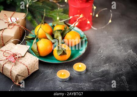 Ansicht von oben eine Tabelle mit Mandarinen, Kerzen und Geschenkboxen Stockfoto