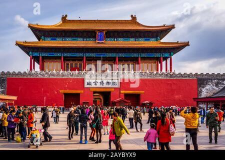 Touristenmassen, die die Verbotene Stadt besuchen, Blick auf den Eingang