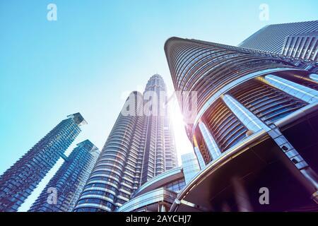 Abstrakte, rechtwinklige Ansicht des modernen Wolkenkratzers aus Stahl. Kuala Lumpur
