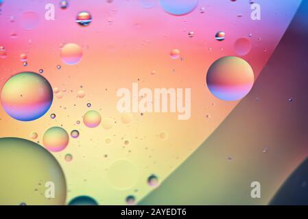 Öl fällt in Wasser. Abstraktes, entschärftes psychedelisches Musterbild, Regenbogenfarben. Abstrakte Rückverfugt