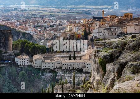 Panoramablick auf die Stadt Cuenca von den Klippen, die sie umgeben. Europa spanien - Stockfoto