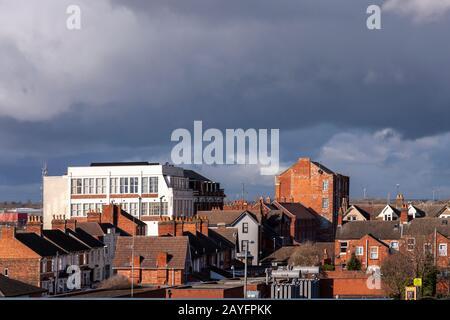 Vom Parkplatz des Newland Shopping Center, Kettering, Northamptonshire, England, Großbritannien, Blick auf das Dach über Kettering.