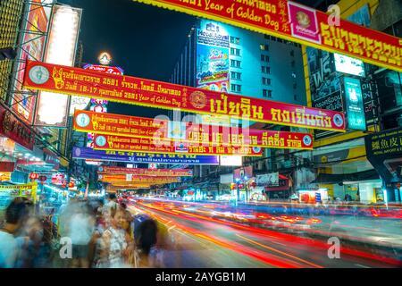 Bangkok - 03. MÄRZ: Belebte Yaowarat Road am Abend am 03. März 2013 in Bangkok. Die Yaowarat Road ist eine Hauptstraße in Bangkoks Chinatown, sie war offen - Stockfoto