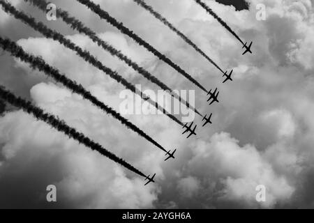 "Das Präzisionsanzeigeteam der Royal Air Force ""Red Arrows"" fliegt während einer Anzeige in Halifax, Nova Scotia, Kanada in Formation. - Stockfoto"