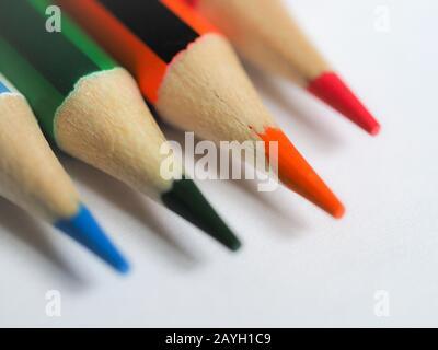 Soft-Focus Nahaufnahme von farbigen Bleistiftspitzen auf weißem Papier - Stockfoto