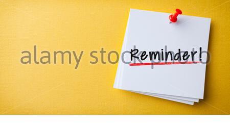 Weiße Haftnotiz Mit Erinnerung Und Roter Drucknadel Auf Gelbem Hintergrund - Stockfoto