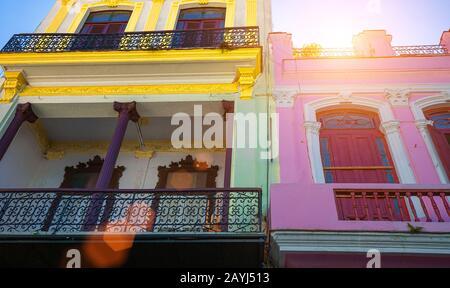 Malerische, farbenfrohe Alte Havanna-Straßen im historischen Stadtzentrum (Havanna Vieja) in der Nähe von Paseo El Prado und Capitolio - Stockfoto