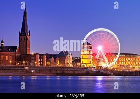 St. Lambertus Kirche und Burgturm und Riesenrad am Abend, Deutschland, Nordrhein-Westfalen, Niederrhein, Düsseldorf - Stockfoto